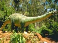 ДИНОЗАВРЫ, популярное название группы вымерших наземных рептилий, которая включает самых крупных после китов животных...